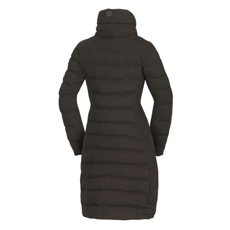 NORTHFINDER dámská bunda zateplená bavlněný dlouhý styl CINKA - Dámská bavlněná bunda značky NORTHFINDER, ušitá z vysoce prodyšného a rychleschnoucího materiálu, poskytuje svému nositeli ochranu a maximální komfort při běžných, ale i fyzických aktivitách. Vnitřek této lehké bundy tvoří SEAL vycpávka, která vytváří příjemný hřejivý pocit. Disponuje vysoce tvarovaným krkem a je dostatečně dlouhá, takže když se pro něco ohnete, vaše záda zůstanou stále schovaná. Perfektní je zejména na běžné nošení, cestování nebo procházky v přírodě v zimě. Pocit zimy vás s bundou CINKA nemůže překvapit.