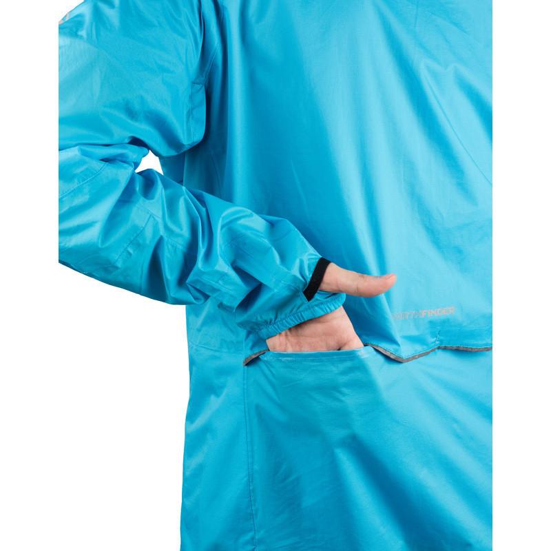 NORTHFINDER pánská bunda stowable multisportovní 2L NORTHKIT - Univerzální bunda NORTHKIT je skutečný multitalent mezi nouzovými bundami. Sbalitelná do vlastní kapsy je připravena chránit tvůj komfort při jakékoliv sportovní aktivitě. Za soumraku, v chladném větru, při náhlém sněžení nebo při průtrži mračen, bunda vždy splní svou povinnost. Díky 2vrstvé ripstop-polyamidové membráně s vodním sloupcem 10 000 mm nabízí bunda absolutní větruodolnost a nepromokavost. Všechny švy jsou podlepené a současně materiál disponuje velmi dobrou prodyšností. Nastavitelná a tvarovaná kapuce umožňuje dobrý výhled a dá se schovat do límce. Otvory v podpaží a otvory v bederní oblasti rozšiřují možnosti odvětrávání. Stejně tak je možné bundu částečně odzipovat a spojit na hrudi pásem pro redukci nepříjemného povívání. Elastické manžety s fixací palce zamezují shrnování rukávů a spolu s nastavitelným pásem brání nežádoucímu průniku větru. Cyklista ocení nejen bezproblémový přístup do kapes trikotu přes větrací otvory na zádech, ale i bezpečnou viditelnost díky 360° reflexním prvkům. Mít u sebe nouzovou bundu NORTHKIT znamená být připraven na všechny druhy počasí. Svou praktičností tento celoroční univerzál s hmotností 250 g osloví cyklisty, běžce a turisty, ale i skialpinisty nebo běžce na lyžích. Jednoduše! Před použitím rozbal!