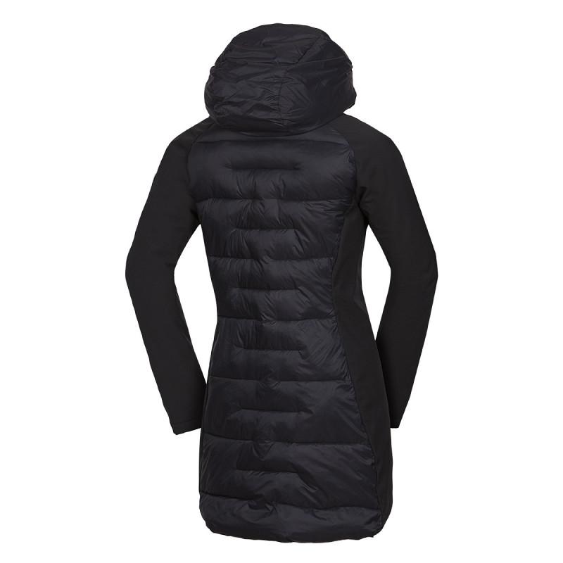 Dámská dlouhá zateplená bunda kombinovaná se softshellem REYNA - <ul><li>Skvělá prodloužená dámská bunda se stylovým kontrastem matných softshellových rukávů a lesklých prošívaných panelů</li><li> Bunda tvaruje a dobře izoluje</li><li> Nosí se zejména ve městě, když ho ovládne chlad, a ty se rozhodneš bojovat stylově Jednoduchá konstrukce je dostatečně pružná</li><li> Jemný polyamidový povrch vpředu a vzadu chrání foukanou izolaci ve formě chomáčků syntetických vláken</li><li> Tato izolace dobře odvětrává a funguje i když je vlhká Zateplená kapuce tvoří spolu s límcem jeden celek</li><li> Chrání před ztrátou tepla a poskytuje bezchybný výhled</li><li> Hlavní zip YKK je obousměrný a má vnitřní po celé délce lištu proti profouknutí</li><li> Spodní okraj bundy je vzadu prodloužený Bunda má volné manžety</li><li> Dvě boční zateplené kapsy na zip vycházejí z linie střihu a jsou vystlány příjemným materiálem</li><li> Uvnitř najdeš malé bezpečné kapsy na zip Absolutně vyladěný stylový dámský kabát s vytvarovanou konstrukci</li><li> Stylově zabarví podzim i zimu, sebevědomě podpoří charisma a odolá chladu betonové metropole</li><li> Přivítej elegantní akcent v šatníku</li>